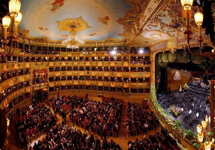 Панорама театра Ла Фениче  Венеция в декабре La Fenice theater